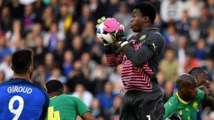 Le gardien de but camerounais Fabrice Ondoa, face à l'équipe de France.