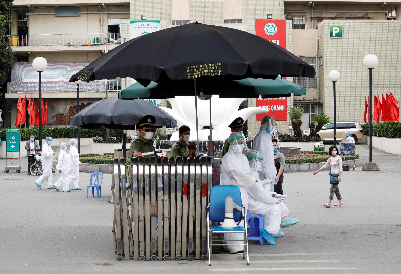 Chốt kiểm soát ở cổng bệnh viện Bạch Mai, Hà Nội, nơi được xác định là ổ dịch lớn hiện nay của Việt Nam, ngày 26/03/2020.