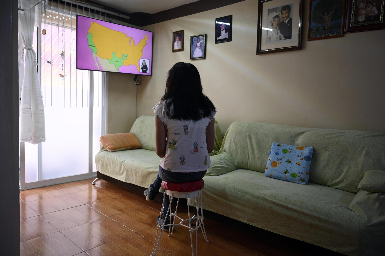 La estudiante de secundaria Vanessa Villegas toma clases frente al televisor en su vivienda en Ciudad de México, en el primer día del curso escolar, remoto debido a la pandemia