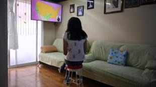 A estudante Vanessa Villegas assiste às aulas pela televisão, no primeiro dia de volta às aulas remotas no México.