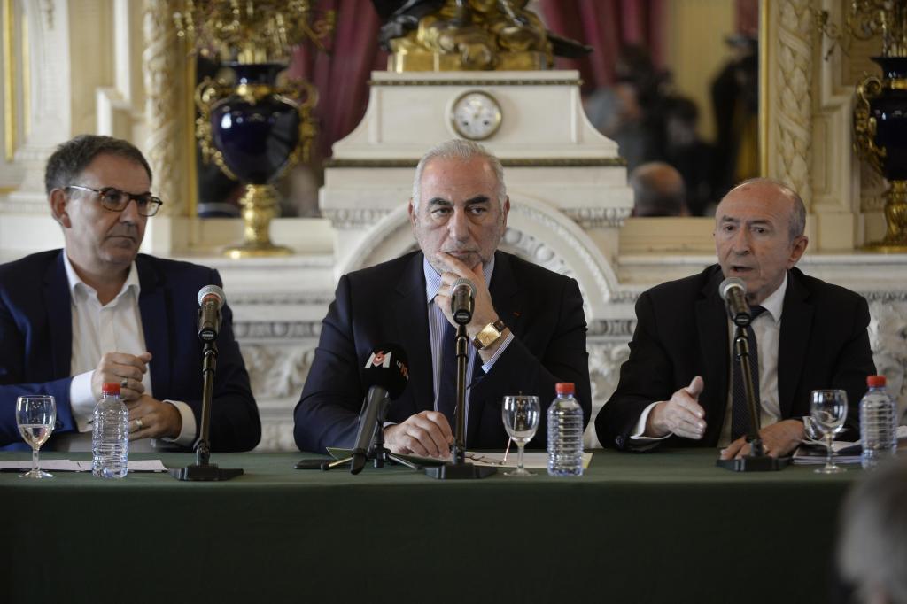 David Kimelfeld (à gauche), Georges Képénékian (au centre) et Gérard Collomb (à droite), lors d'une conférence de presse commune à Lyon, en octobre 2018.