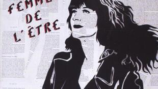 """En 1985, Miss.Tic est la première artiste à pratiquer le """"street art"""" à Paris."""