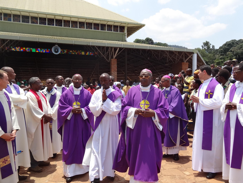 Au Burundi, les évêques catholiques (ici photographiés en octobre 2014) dénoncent le climat violent qui plane dans le pays.