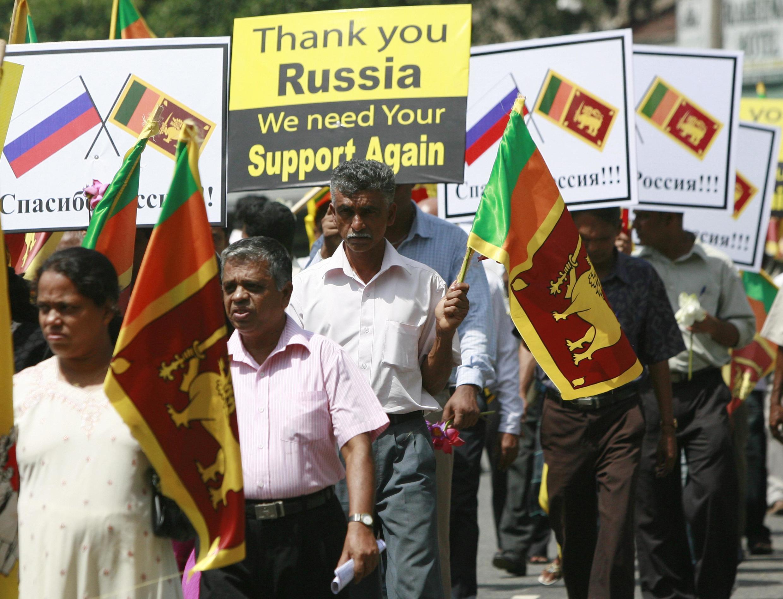Des manifestants en route pour l'ambassade de Russie au Sri Lanka, le 9 juillet 2010. Sur la panneau au centre est écrit «Merci la Russie, nous avons encore besoin de votre soutien».