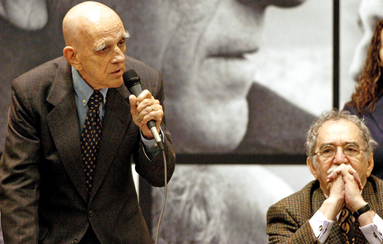 El escritor brasileño Rubem Fonseca (izq) junto a su colega colombiano Gabriel García Márquez, en la Feria Internacional del Libro de Guadalajara, México, el 29 de noviembre de 2003