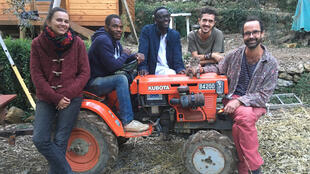 «Emmaüs Roya» est composée de Français (dont Cédric Herrou, à droite) ainsi que des réfugiés et demandeurs d'asile.