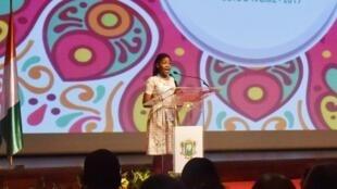 La militante Assita Ouedraogo, née avec le virus VIH, intervient lors de l'ouverture de la 19e conférence de l'ICASA, le 4 décembre 2017 à Abidjan.