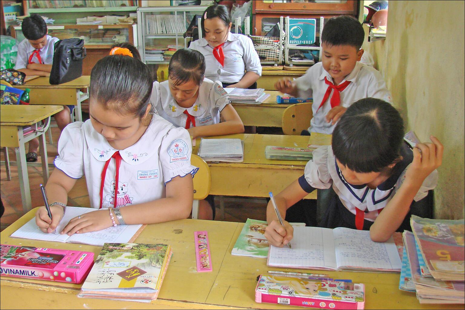 Một lớp học song ngữ ở trường Trưng Vương, Sa Đéc, Việt Nam.