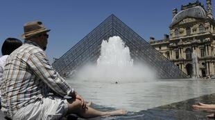As férias e o calor já chegaram por Paris e os turistas aproveitam para se refrescar enquanto descobre os monumentos da cidade.