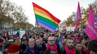 Manifestantes da comunidade LGBT protestam contra as discriminações e violência após série de agressões nas últimas semanas em Paris, 21/10/2018