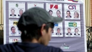 Un cartel con lo candidatos presidenciales colombianos en un centro de votación, el 30 de mayo.