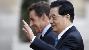 Le président chinois Hu Jintao (d), et le président français Nicolas Sarkozy, à Paris le 4 novembre 2010.