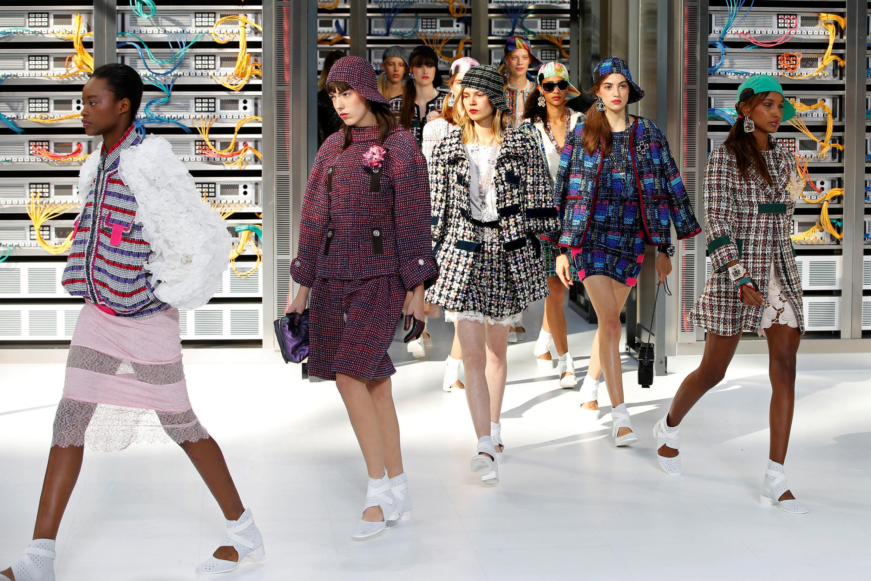 Des mannequins défilent pour présenter la collection de prêt-à-porter printemps-été 2017 de la maison Chanel  du styliste allemand, Karl Lagerfeld, le 4 octobre 2016.