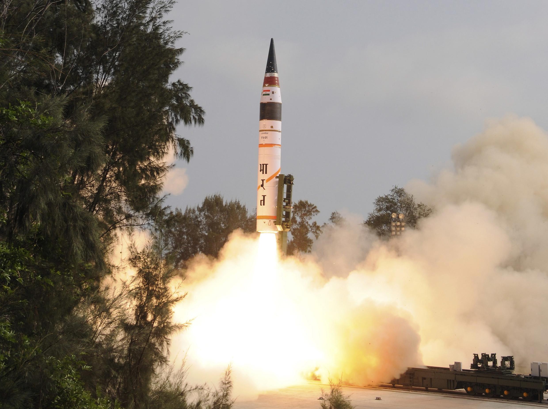 O míssil Agni V lançado no leste da Índia nesta quinta-feira.