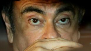 Carlos Ghosn ao deixar a prisão de Tóquio depois do pagamento de fiança.