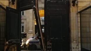 Porta destruída do edifício do secretário de estado, Benjamin Griveaux, porta-voz do governo nas manifestações de 5 de janeiro