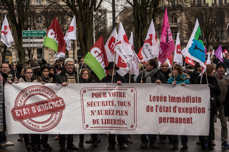 Manifestantes em Paris contra a destituição da nacionalidade e o estado de emergência.30 de Janeiro de 2016