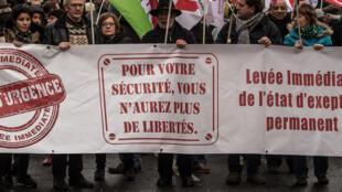 Plusieurs milliers de personnes ont défilé à Paris entre la Place de la Républque et le Palais-Royal à l'appel des collectifs «Nous ne céderons pas» et «Stop l'état d'urgence», le 30 janvier 2016.