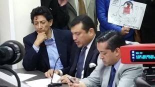 Xavier Bonilla, alias Bonil (izquierda), durante la audiencia en la Superintendencia de Comunicación, este 9 de febrero.