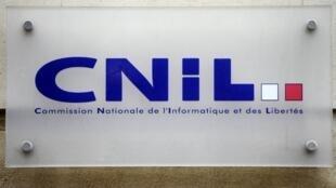 Logótipo da CNIL - Comissão Nacional de Informatica e Liberdades, autoridade iadministrativa independente em França encarregada do controlo de que a informática esteja ao serviço do cidadão, que não atente nem à identidade humana, nem aos direitos humanos, vida privada e liberdades individuais ou públicas.