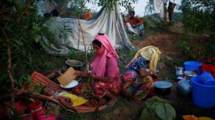 Wata 'yar gudun hijira 'yar kabilar rohingya Musulmi, yayinda take yiwa danta fifita a sansanin wucin gadin da suka kafa kan dutse bayan tserewa daga Mynamar zuwa Bangladesh.