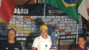 Ana Marcela foi a primeira entre as mulheres a completar os 16 quilomêtros, em Napoli na Itália. Com o tempo de 3h58m43s, ela ficou quase 11 minutos à frente da segunda colocada.