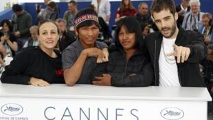 """Equipe do filme """"Chuva e cantoria na aldeia dos mortos"""" durante o Festival de Cannes"""