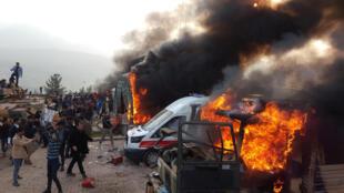 """معترضین با متهم نمودن ارتش ترکیه به بمباران در شمال اقلیم کردستان عراق، به یک پایگاه نظامی ترکیه در نزدیکی """"دهوک"""" حمله کردند و خودروهای نظامی ترکیه را به آتش کشیدند. شنبه ۶ بهمن/ ٢۶ ژانویه ٢٠۱٩."""