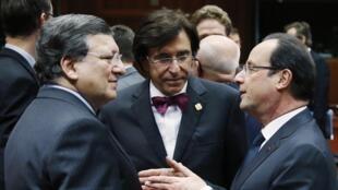 Le président de la Commission européenne José Manuel Barroso (à dr.), le Premier ministre belge Elio Di Rupo (c.) et le président français François Hollande, à Bruxelles, le 19 décembre 2013.