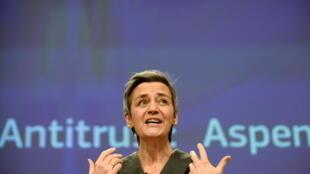 Commissaire européenne à la concurrence Margrethe Vestager salue après avoir contraint le laboratoire Aspen de réduire le prix de ses traitement anticancéreux dans l'Union européenne, lors d'une conférence de presse à Bruxelles le 10 février 2021