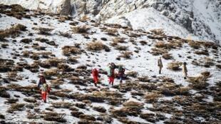 انتقال باقیمانده پیکرهای جانباختگان سانحه سقوط هواپیمای شرکت آسمان توسط امدادگران.