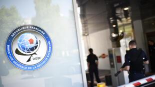 Штаб-квартира французской внешней разведки DGSE. Логотип спецслужбы - земной шар с красным шестиугольником, обозначающим Францию.