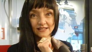 María de Medeiros en los estudios de RFI