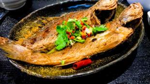 Du poisson braisé. Il est riche en vitamines B, D et A.