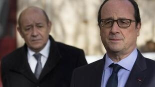 លោកប្រធានាធិបតីបារំាង François Hollande (រូបឆ្វេង) និងលោករដ្ឋមន្រ្តីការពារជាតិJean-Yves Le Drian