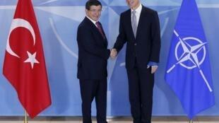Thủ tướng Thổ Nhĩ Kỳ Ahmet Davutoglu và Tổng thư ký NATO Jens Stoltenberg - REUTERS /Francois Lenoir