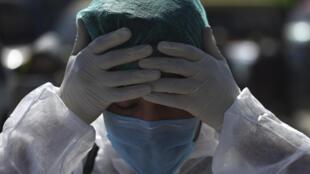 Un voluntario se prepara para participar en una campaña preventiva contra el coronavirus COVID-19 el 18 de marzo de 2020 en Kabul