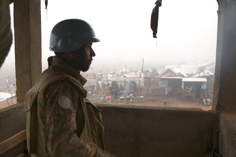(Photo d'illustration) Un casque bleu pakistanais monte la garde dans un camp de déplacés de Kaga-Bandoro, le 19 octobre 2016, quelques jours après les violences qui ont fait plus de 30 morts en Centrafrique.