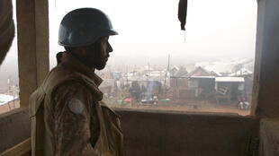 Un casque bleu pakistanais monte la garde dans un camp de déplacés de Kaga-Bandoro, le 19 octobre 2016, quelques jours après des violences qui ont fait plus de 30 morts en Centrafrique.