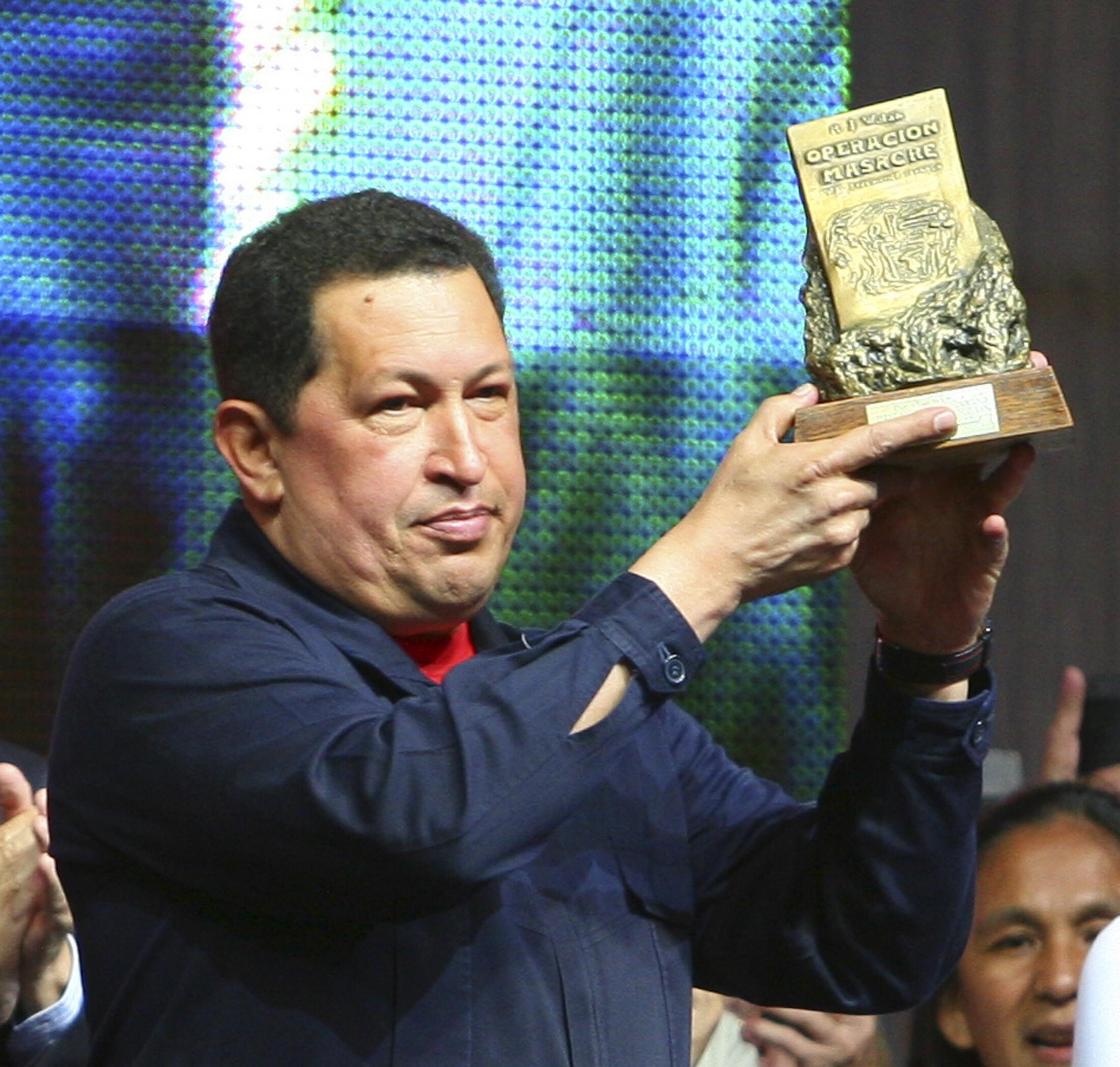 El presidente venezolano, Hugo Chávez, recibe el premio Rodolfo Walsh, el 29 de marzo de 2011 en La Plata.