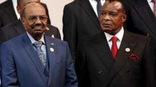 Detalles de la foto de grupo de la Unión Africana en la que se ve a Omar el Beshir (izquierda), en en Johannesburgo, Sudáfrica, el 14 de junio de 2015.