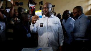 Le leader du principal parti d'opposition UDPS et candidat à la présidentielle Félix Tshisekedi montre son bulletin de vote avant de le déposer dans l'urne, à Kinshasa le 30 décembre 2018.