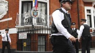 Policiais britânicos diante da Embaixada do Equador em Londres, nesta sexta-feira, 17 de agosto..