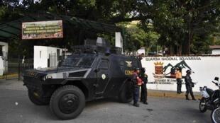 Des voitures blindées stationnés devant le quartier général de la Garde nationale bolivarienne de Cotiza à Caracas, le 21 janvier 2019.