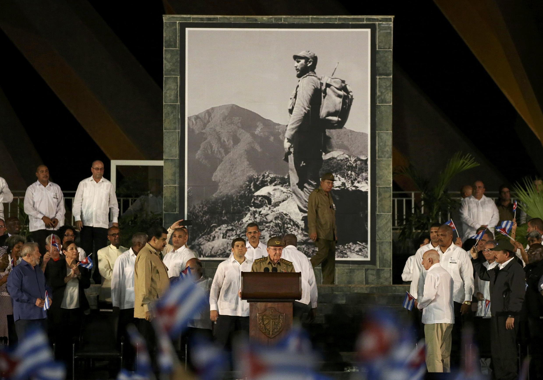 Raul Castro a prononcé une brève allocution lors de l'hommage à son frère disparu à Santiago samedi soir. Les cendres de l'ancien président sont inhumées dimanche matin au cimetière Santa Ifigenia, à côté du mausolée de José Marti.