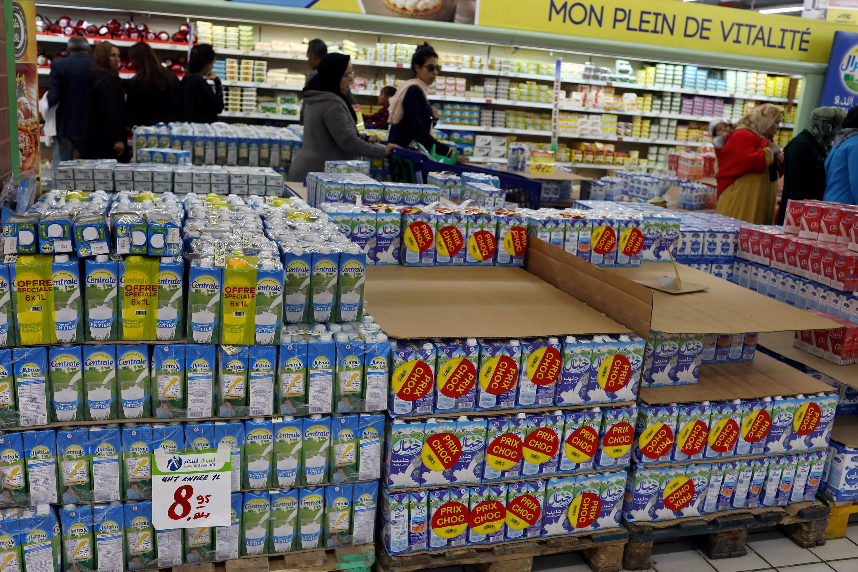 Des produits laitiers enpilés dans un rayon de supermarcher de Rabat, au Maroc.