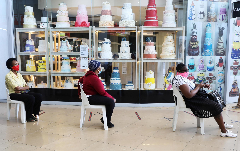 Respect de la distanciation physique dans un magasin à Johannesburg, en Afrique du Sud. Le 5 mai 2020.