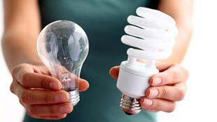 As lâmpadas incandescentes devem ser substituídas pelas Lâmpadas Fluorescentes Compactas (LFCs), halógenas, ou mesmo as de LED