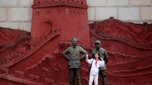Khách tham quan chụp hình trước tượng Mao Trạch Đông và tướng Chu Đức (Zhu De) tại một viện bảo tàng ở Tứ Xuyên.