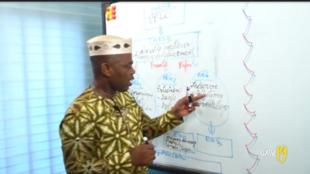 Jean Fande, professeur de français donne un cours de révision pour les élèves de 3e sur la plateforme YouTube.